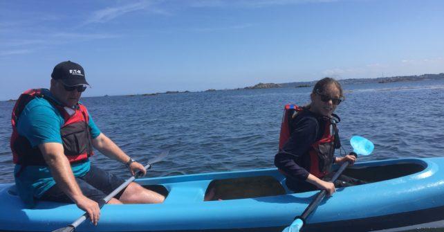 sortie en kayak le lond de l'Île Callot sous un soleil radieux